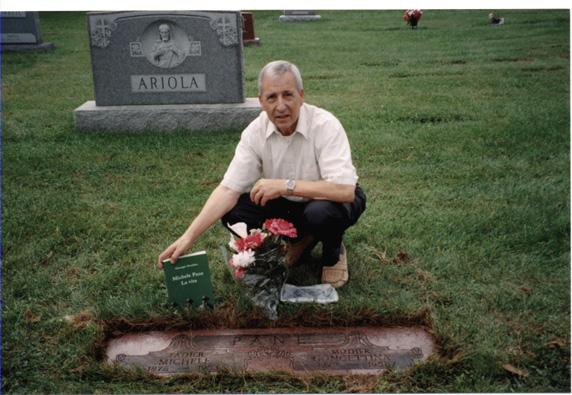 Giovanni Falvo sulla tomba di Michele Pane