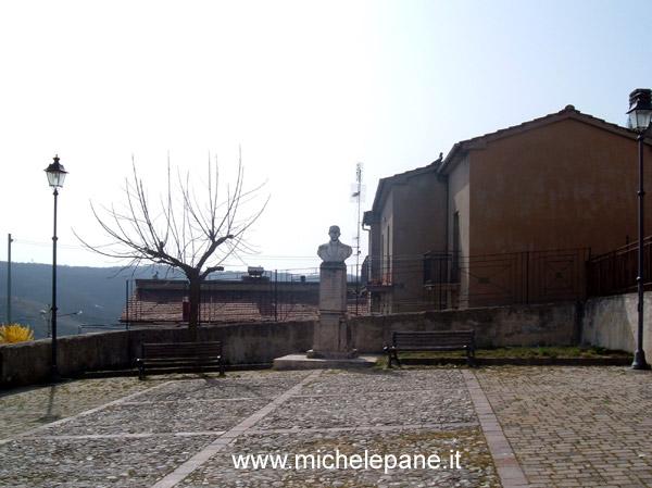 Il busto di Gaspare Colosimo in una piazzetta del centro abitato