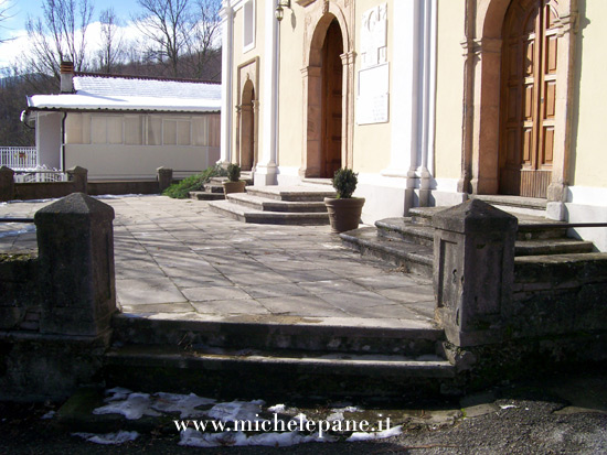 Scalini come sedili davanti alla Chiesa di Adami
