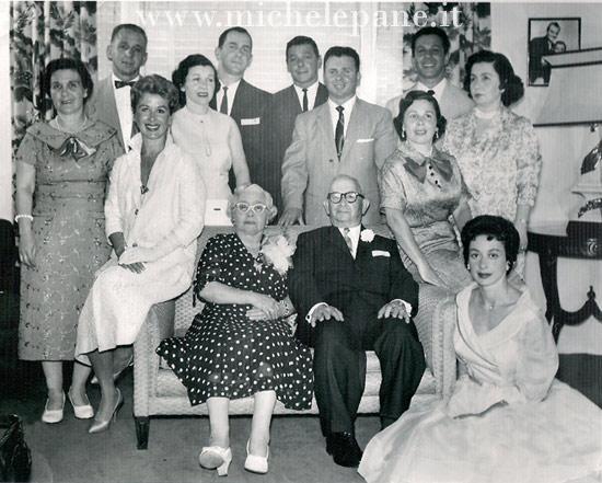 Battista Greco, la moglie Rosa e gli 11 figli nel 1958