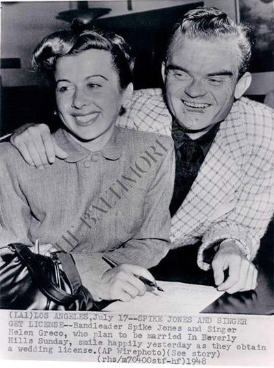 Fotografia di un'agenzia che annuncia l'imminente matrimonio di Helen e Spike