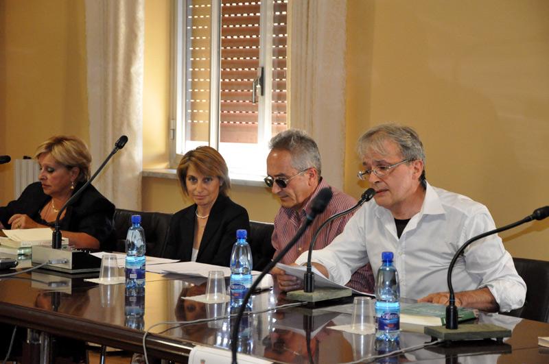 Antonio M. Pulerà durante il suo intervento. Alla sua destra, in ordine, Giuseppe Musolino, Anna M. Cardamone, Lina Volpe.