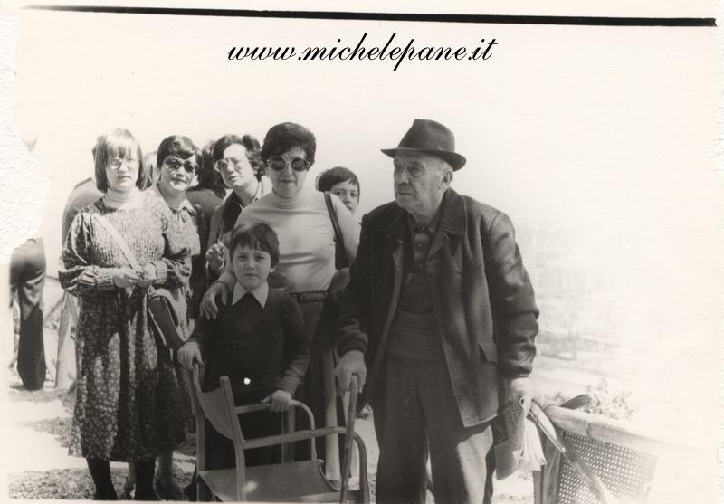 Felice Costanzo con figlie e nipoti