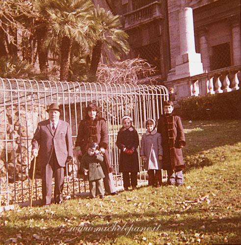 Felice Costanzo a Villa Sciarra (Roma) con i nipoti Raffaella, Mimmo, Teresa, Lucilla e Silvia. Anno 1973 circa